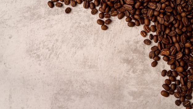 Vista superior torrado grãos de café com espaço de cópia Foto gratuita