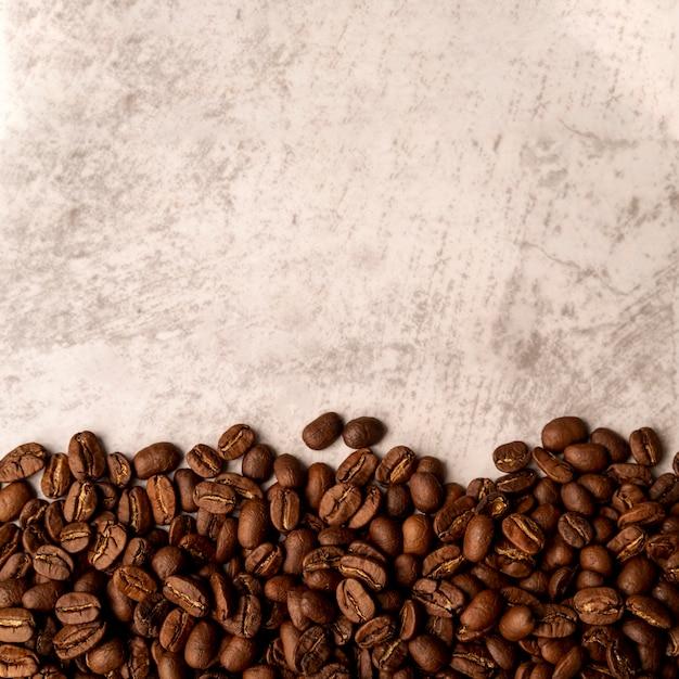 Vista superior torrado grãos de café com espaço de cópia Foto Premium