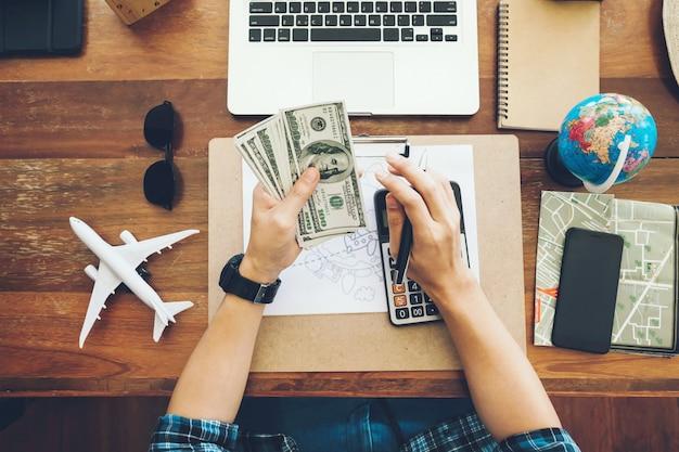Vista superior turista contando dinheiro para gastar durante suas férias de luxo Foto Premium