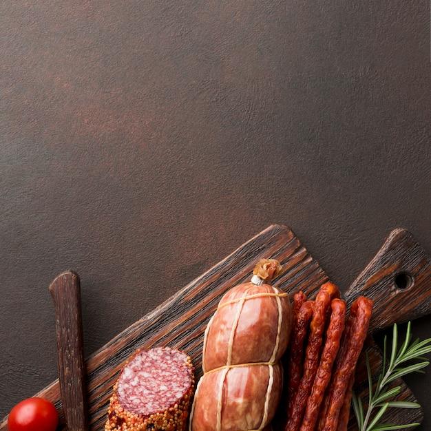 Vista superior variedade de carne fresca na mesa Foto gratuita