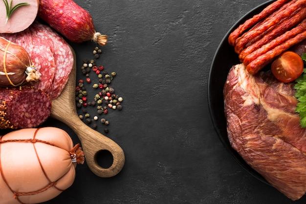 Vista superior variedade de carnes frescas e salsichas em cima da mesa Foto gratuita