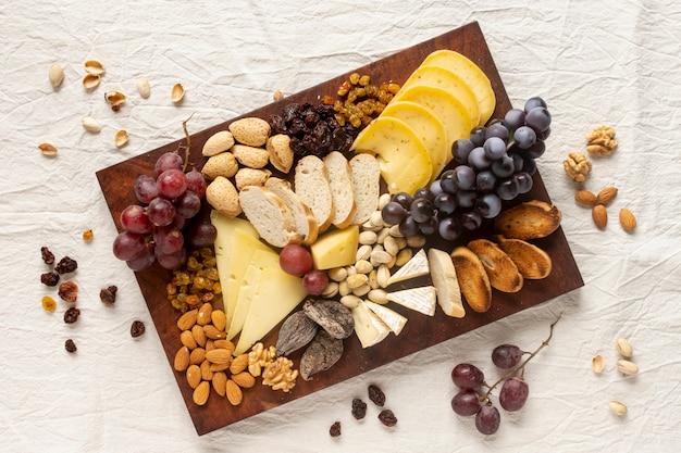 Vista superior variedade de lanches gourmet em uma mesa Foto gratuita