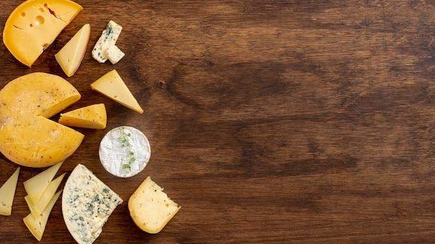 Vista superior variedade de queijo com espaço de cópia Foto gratuita