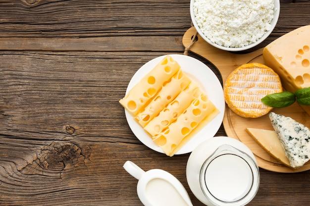Vista superior variedade de queijo e leite com espaço de cópia Foto Premium