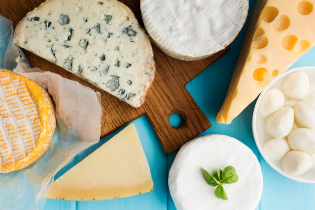 Vista superior variedade de queijo gourmet Foto gratuita