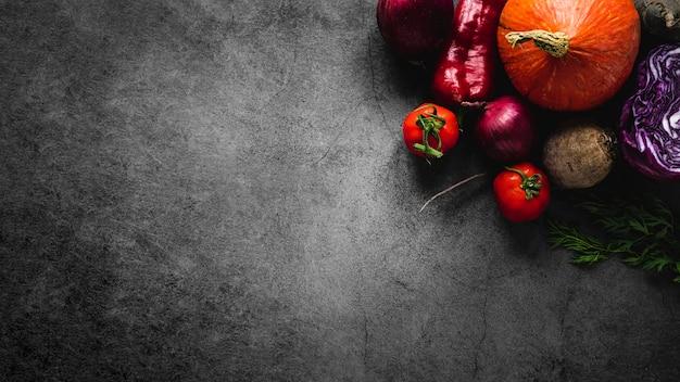Vista superior variedade de tomates e vegetais copie o espaço Foto gratuita