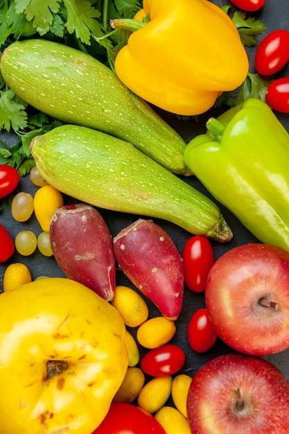 Vista superior vegetais e frutas abobrinha pimentão amarelo maçãs marmelo tomates cereja salsa cumcuat Foto gratuita