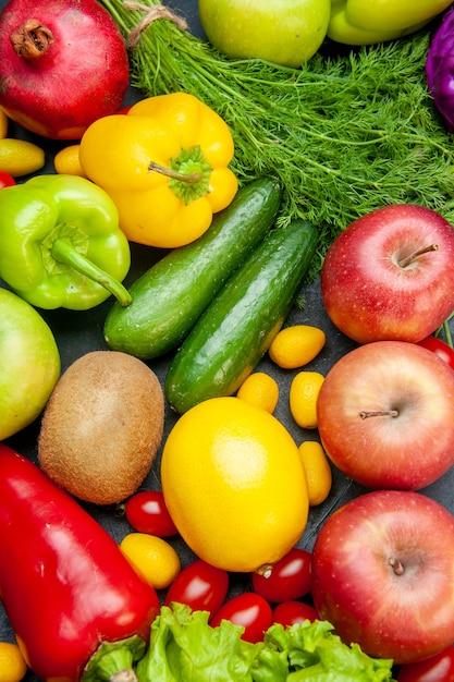 Vista superior vegetais e frutas tomate cereja maçãs cumcuat alface pimentão kiwi pepino limão romã Foto gratuita