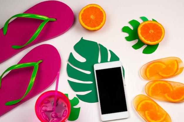 Vista superior verão conjunto com telefone celular Foto Premium