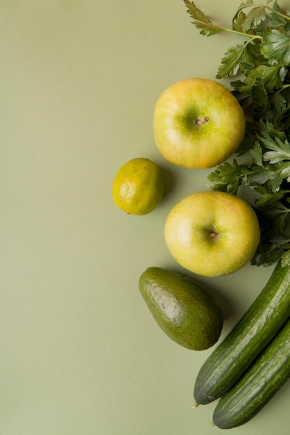 Vista superior verde frutas e legumes com cópia espaço Foto Premium