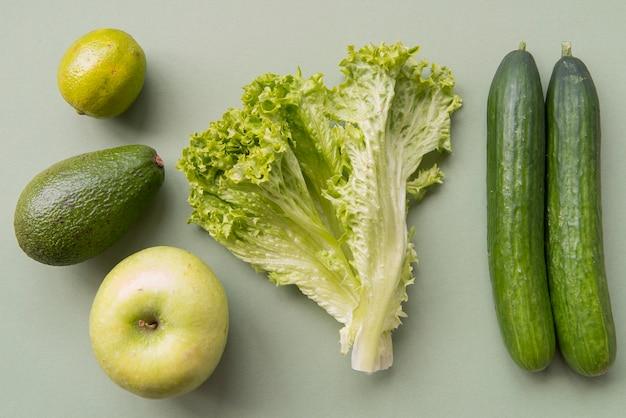 Vista superior verde frutas e legumes Foto gratuita