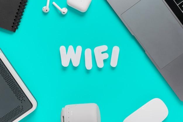 Vista superior wifi escrito na mesa com o mouse Foto gratuita