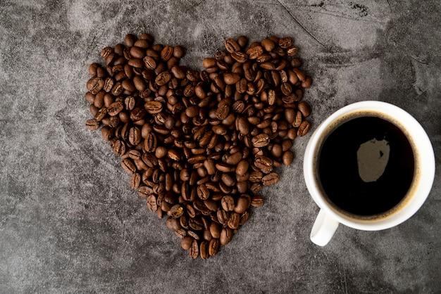 Vista superior, xícara café, com, feijões roasted Foto gratuita