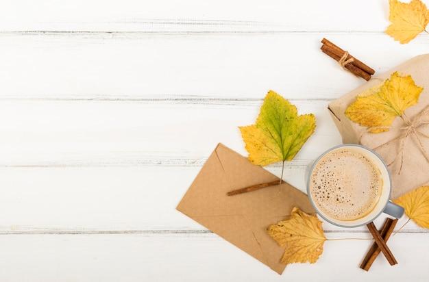 Vista superior xícara de café ao lado do envelope com espaço de cópia Foto gratuita