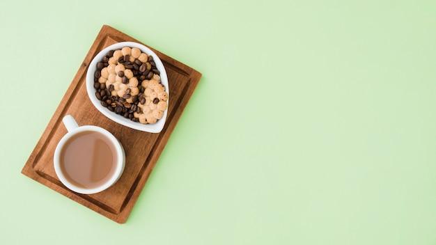 Vista superior xícara de café com biscoitos Foto gratuita