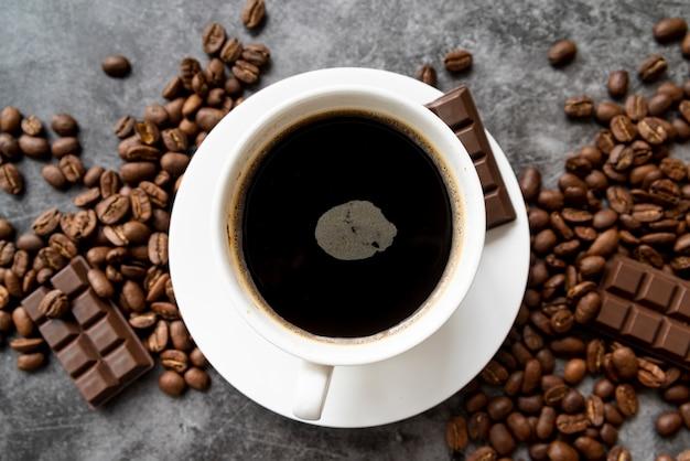 Vista superior xícara de café com chocolate Foto gratuita