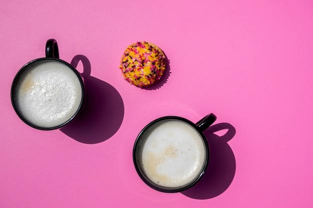 Vista superior xícaras de café com biscoito Foto gratuita