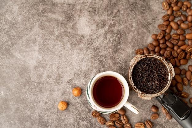 Vista superior xícaras de café com grãos torrados Foto gratuita