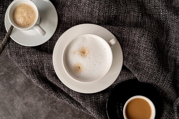Vista superior xícaras de café em tecido Foto gratuita