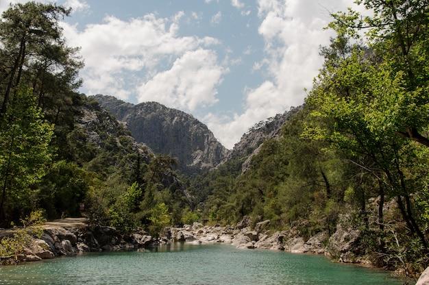 Vista surpreendente no lago nas montanhas Foto Premium
