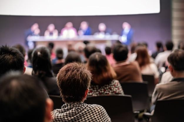 Vista traseira, de, audiência, em, a, corredor conferência, ou, seminário, reunião, que, tem, alto-falantes Foto Premium