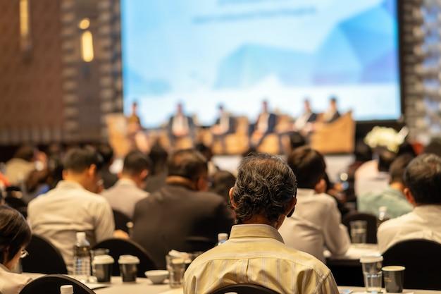 Vista traseira, de, audiência, escutar, alto-falantes, ligado, a, fase, em, a, corredor conferência, ou, seminário, mim Foto Premium