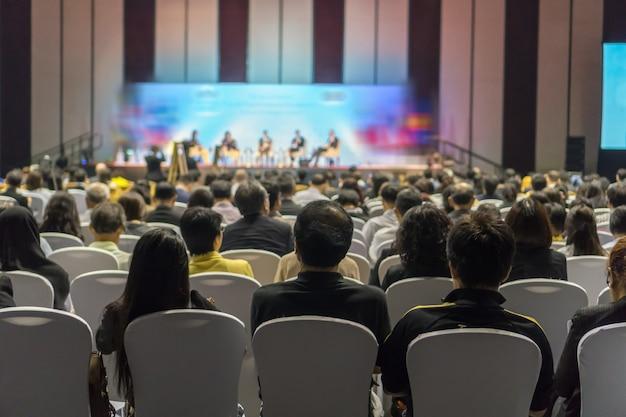 Vista traseira, de, audiência, escutar, alto-falantes, ligado, a, fase, em, a, corredor conferência, ou, seminário, reunião Foto Premium
