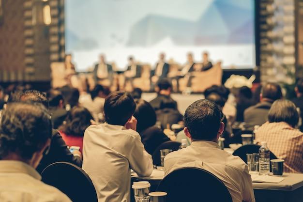 Vista traseira, de, audiência, escutar, alto-falantes Foto Premium