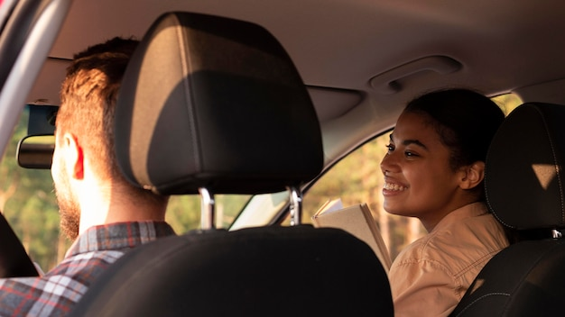 Vista traseira de casal viajando de carro Foto gratuita