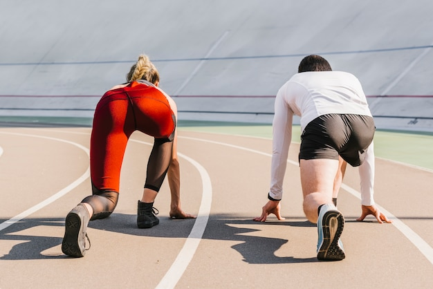 Vista traseira, de, corredores, levando posição Foto gratuita