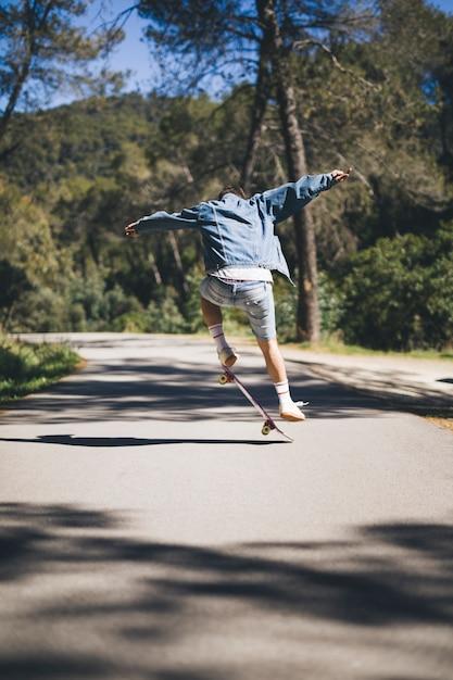 Vista traseira, de, homem, fazendo, truques Foto gratuita