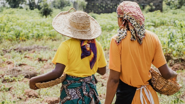 Vista traseira de mulheres do campo ao ar livre Foto gratuita