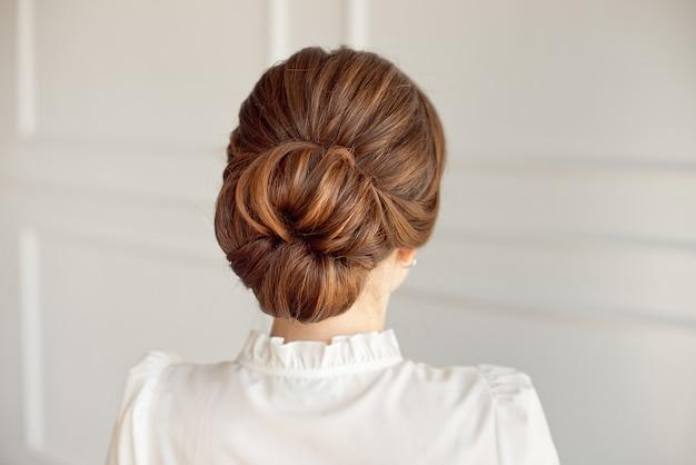 Vista traseira, de, penteado fêmea, pão meio, com, cabelo escuro Foto Premium
