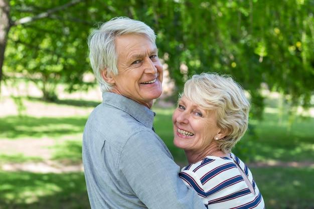 Vista traseira do casal sênior abraçando Foto Premium