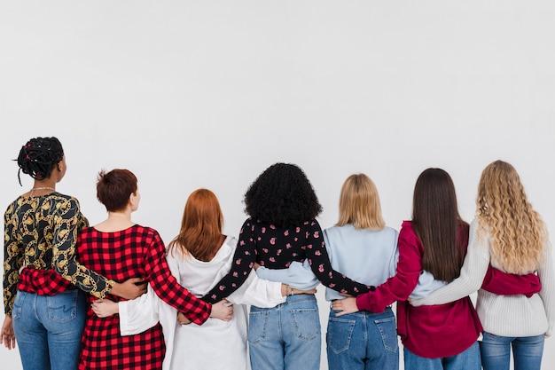 Vista traseira do grupo de melhores amigos abraçados Foto Premium