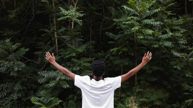Vista traseira do homem se sentindo livre Foto gratuita