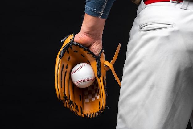 Vista traseira do homem segurando a luva com beisebol Foto gratuita