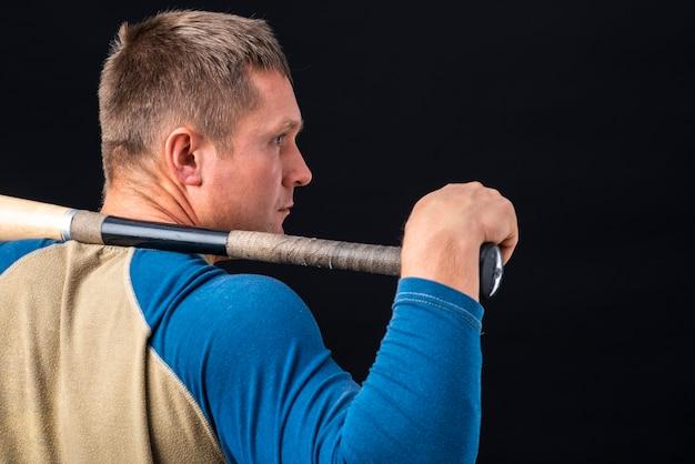 Vista traseira do homem segurando o taco de beisebol Foto gratuita
