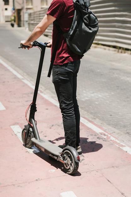 Vista traseira, e-scooter, cavaleiro, ficar, ligado, pista bicicleta Foto gratuita