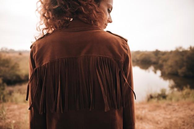 Vista traseira, mulher, posar, perto, um, lagoa Foto gratuita