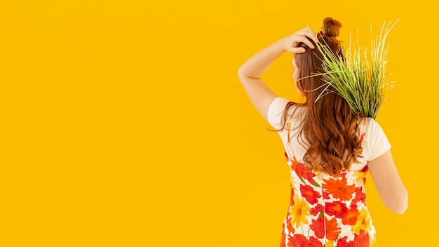 Vista traseira, mulher segura, plantas Foto gratuita