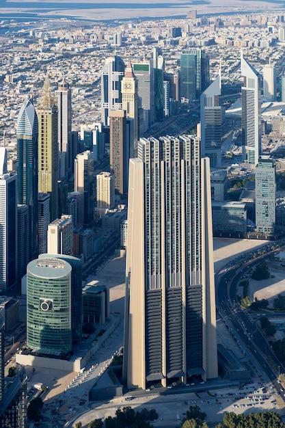 Vista vertical da cidade de dubai do topo de uma torre. Foto gratuita