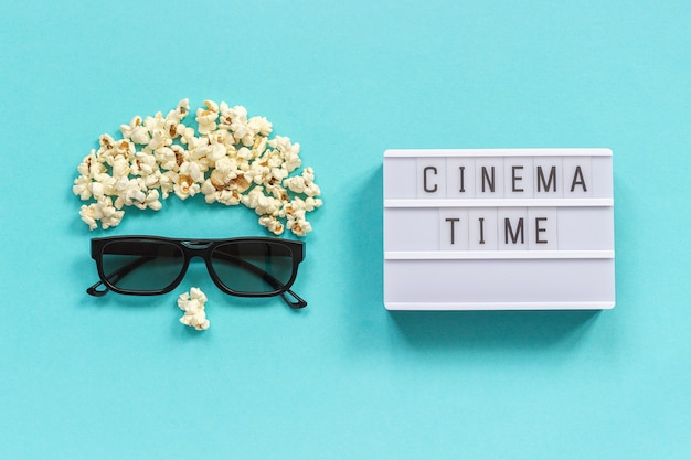 Visualizador abstrato, óculos 3d, pipoca e texto de caixa de luz tempo de cinema conceito cinema filme e entretenimento Foto Premium