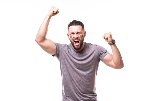 Vitória do brasil. emoções de vitória, alegria e grito de golo do torcedor de futebol brasileiro no apoio ao jogo da seleção brasileira em fundo branco. conceito de fãs de futebol. Foto gratuita