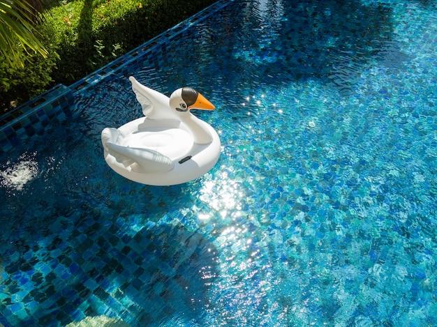 Vivenda de luxo com piscina infinita Foto Premium