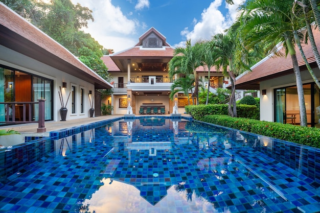 Vivenda de luxo tailandês balinesa com piscina infinita Foto Premium