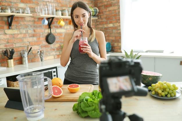 Vlogger de comida Foto gratuita