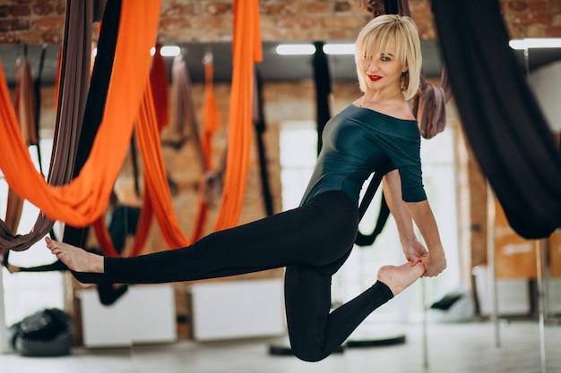 Voar instrutor feminino de ioga na academia Foto gratuita