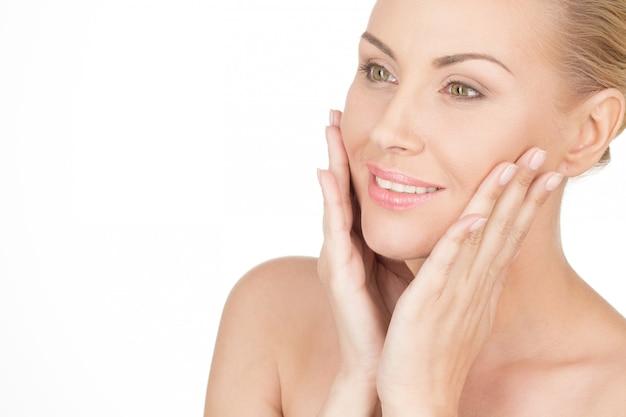 Você pode dizer que ela ama sua pele. closeup tiro de uma linda mulher madura com pele perfeita Foto Premium