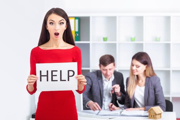 Você precisa de ajuda a mulher de negócios bonita no escritório pede a ajuda Foto Premium